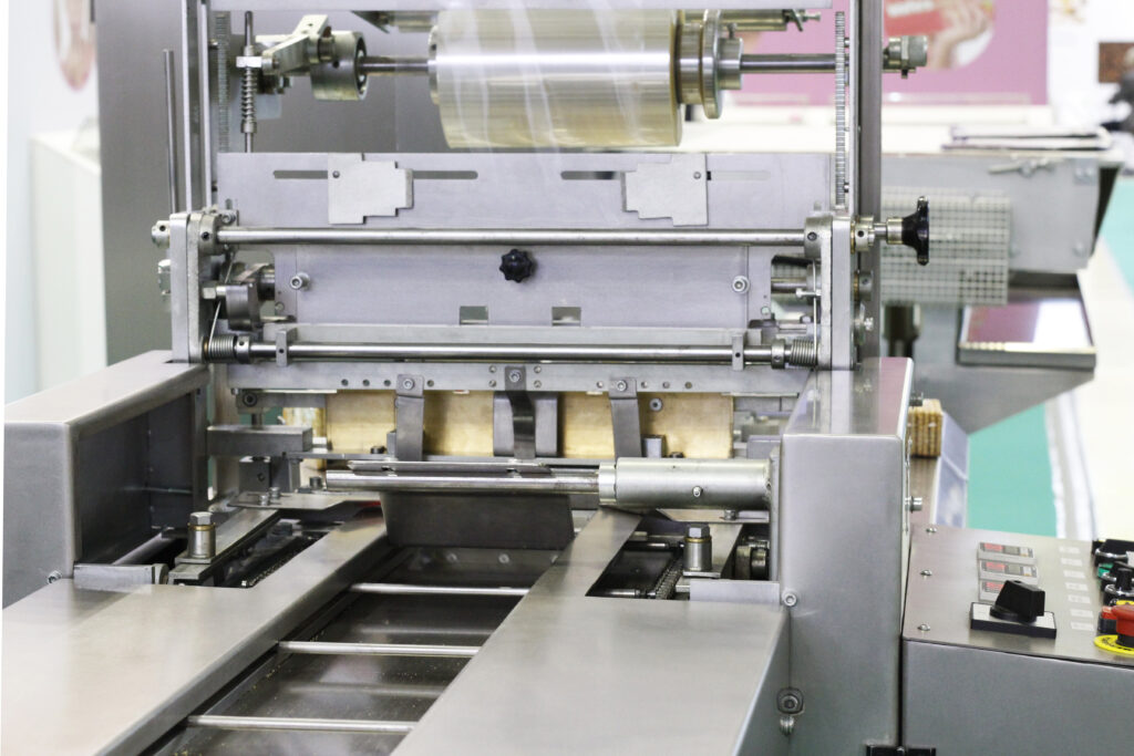 Machine-Packing-in-a-transparent-cellophane-film-for the food industry.